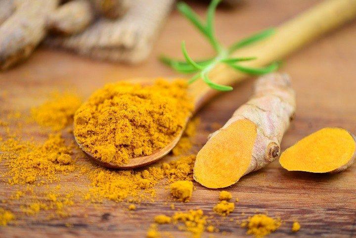 usare la curcuma fresca o in polvere